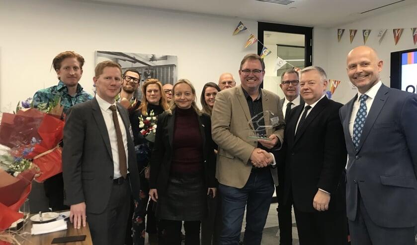 Op de foto is te zien dat algemeen directeur Pieter van den Berk de prijs in ontvangst neemt.     Fotonummer: 24debe