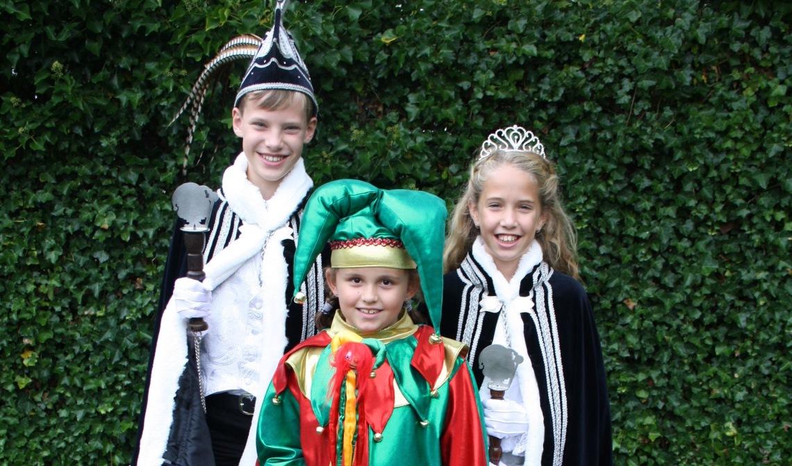 De jeugdprins, de nar en de jeugdprinses op een officiële foto.