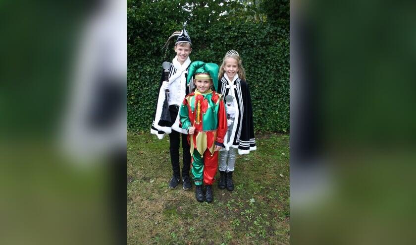 De jeugdprins, de nar en de jeugdprinses op een officiële foto.   | Fotonummer: 0239e7