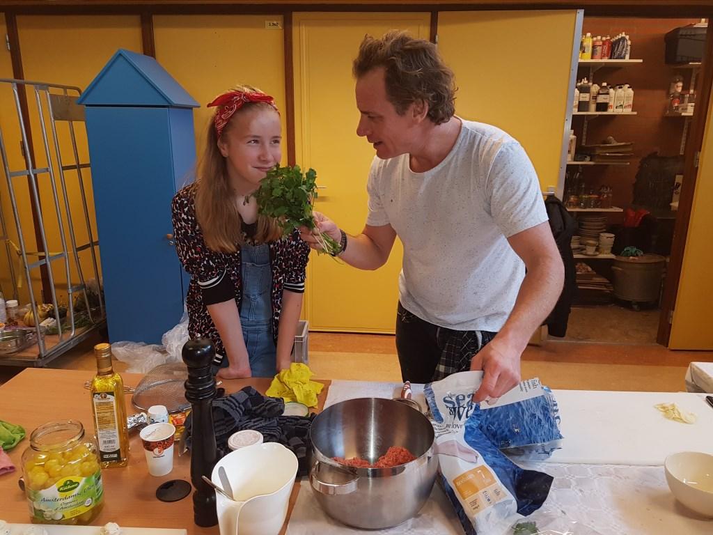 Robin van Gerwen en kok Melvin bereiden kerstdiner voor. Foto:  © MooiRooi