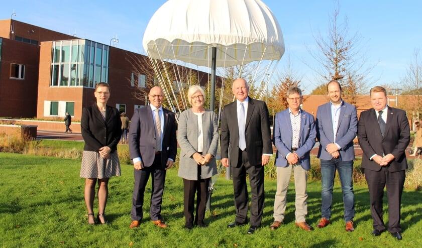 Hetty van de Tillaart, burgemeester Kees van Rooij, heer en mevrouw Hoekstra, Ed Steenbakkers, Jurgen Swinkels en Mark van den Broek.     Fotonummer: e393ae