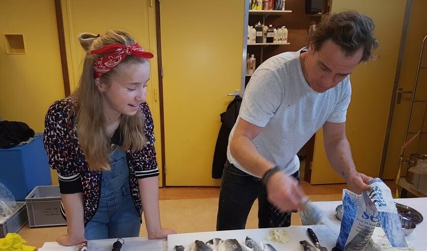 Robin van Gerwen en kok Melvin bereiden kerstdiner voor.   | Fotonummer: 5d5816