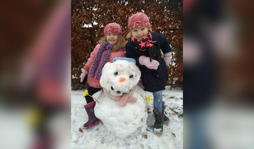 Deze twee meiden hebben een mooie sneeuwpop gemaakt.   | Fotonummer: fc35d5