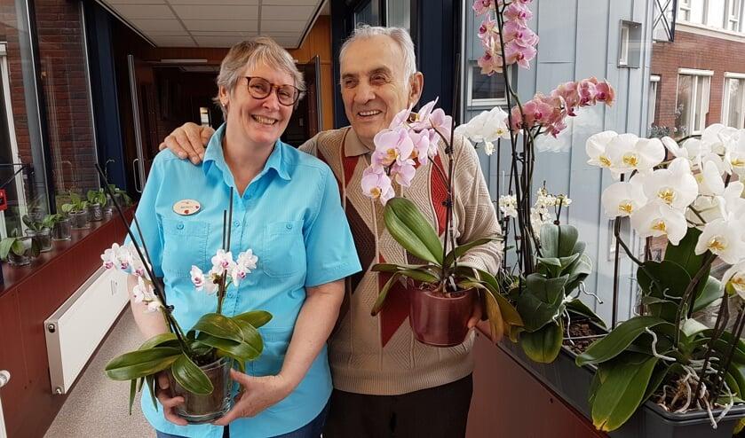 Berdie en Piet tonen trots enkele van hun bloemen.   | Fotonummer: 244bb7