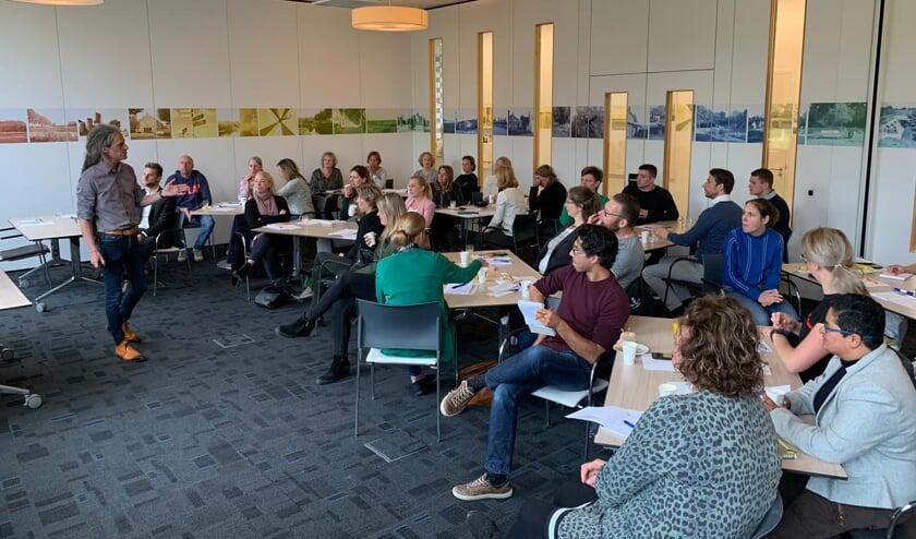 De groep luister geboeid naar de presentatie.   | Fotonummer: a491d6