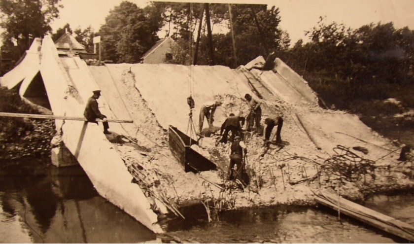 11 mei 1940: De opgeblazen brug in Nijnsel.   | Fotonummer: f526de