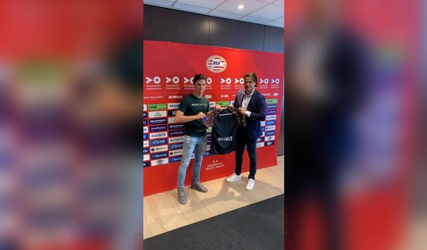 Mees op de foto met Ernest Faber, hoofd jeugdopleiding PSV en tevens oud verdediger van de Eindhovenaren.   | Fotonummer: bad31f