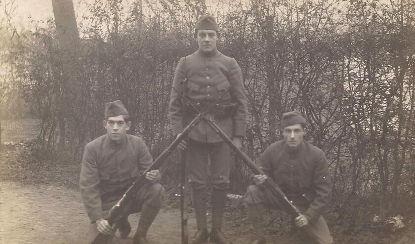 Gerard Wijn is de soldaat rechts op de foto.   | Fotonummer: 453a45
