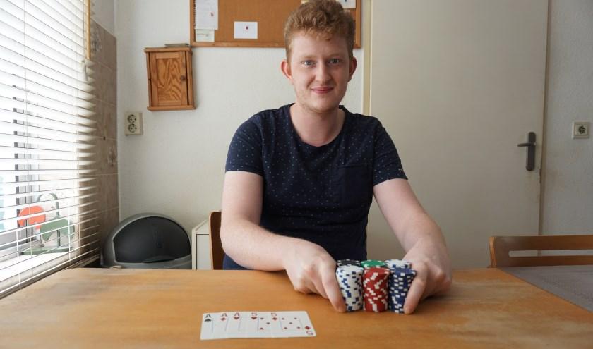 Stefan, thuis aan de keukentafel.     Fotonummer: 14d4e6