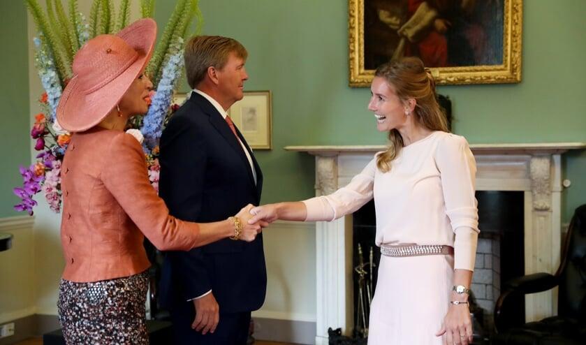 Marit schudt de hand van Koningin Maxima.      Fotonummer: e75783