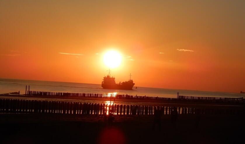 De Zeeuwse zon vangt een schip... foto: Lambert Verhoeven   | Fotonummer: dcd087