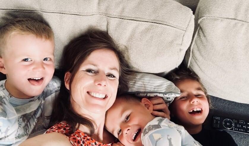 Janneke met haar drie kinderen op de foto.     Fotonummer: bc1879