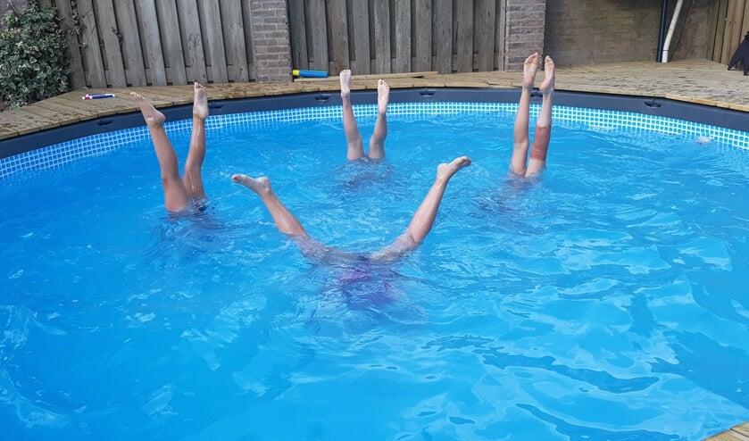 Vier basisschoolvriendinnetjes Lieke, Maud, Rowan en Kyara starten de vakantie op de kop. Foto: Shirley vd Velden      Fotonummer: b0e8f9