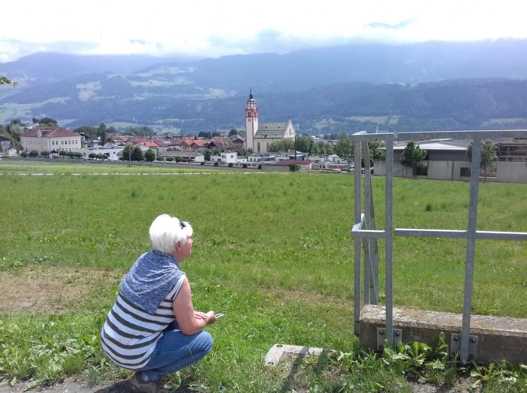 Dieneke der Kinderen geniet van een wandeling in Tirol.   © MooiRooi