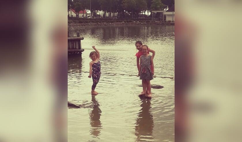 Sanne, Emma en Nikki hebben zich prima vermaakt in Roggel. Foto: Aniek Huijberts   | Fotonummer: 6231f0