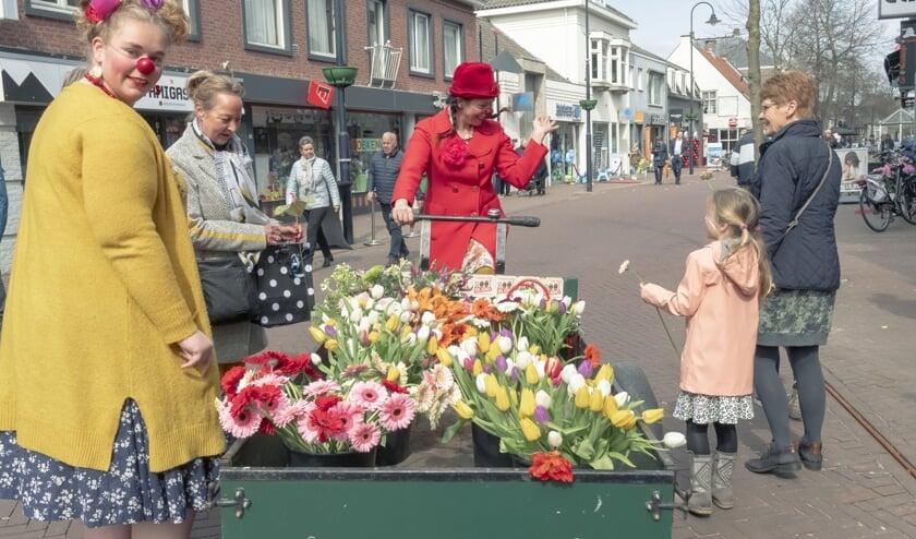 Een komisch en kleurrijk duo reed door de straten met een grote bakfiets vol bloemen.   | Fotonummer: 383bac