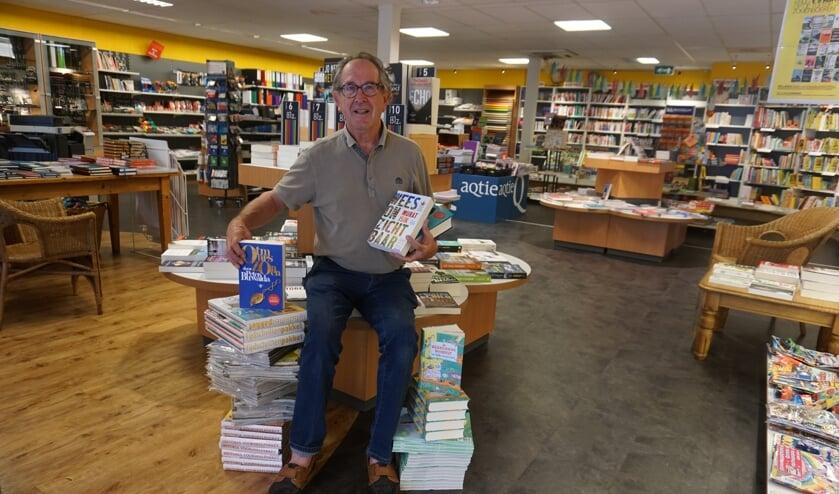Pieter van de Kamp tussen zijn favoriete boeken gewurmd.     Fotonummer: 7eb114