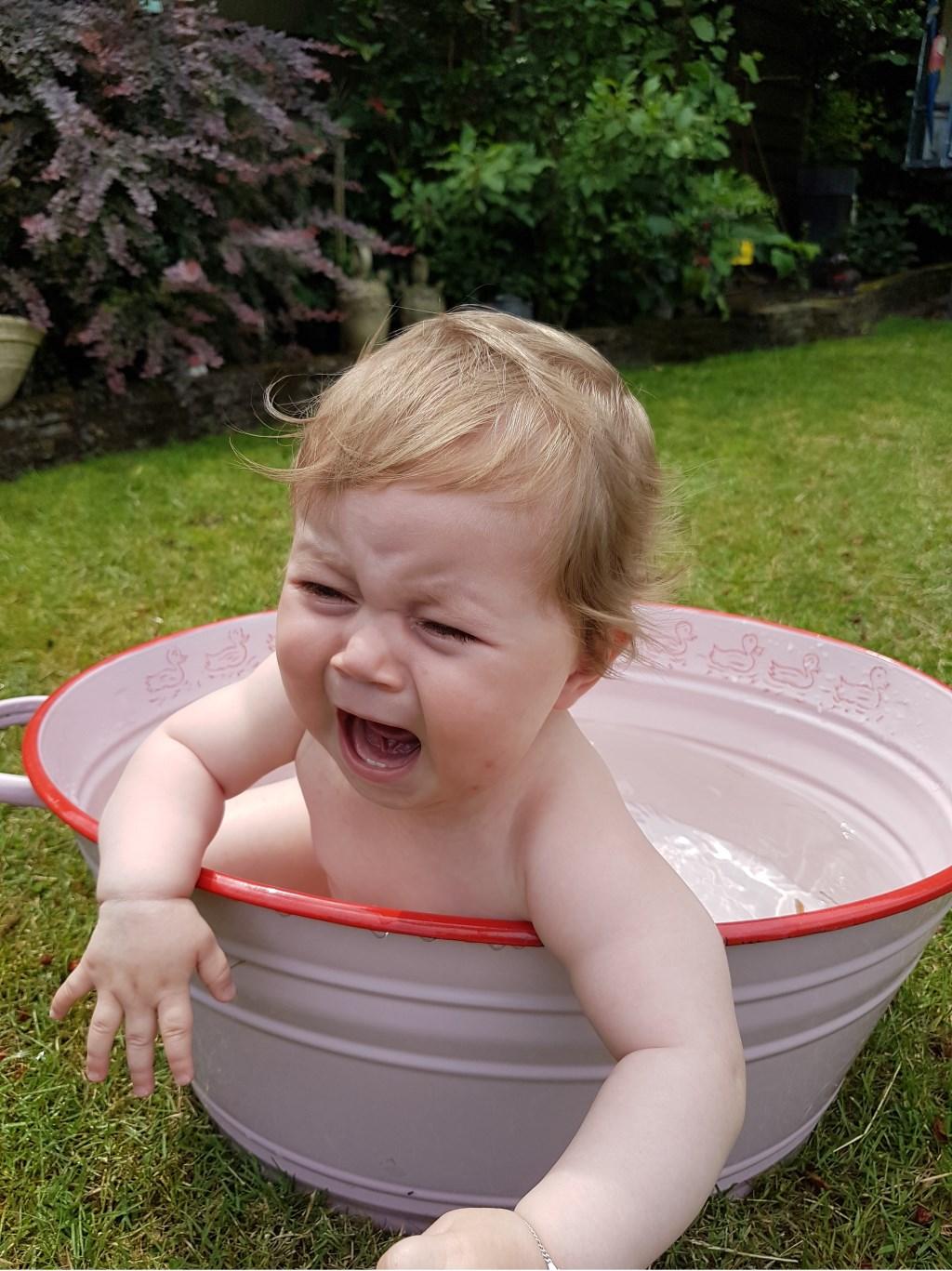 Kleindochter Loïs wil niet buiten in bad.  © MooiRooi