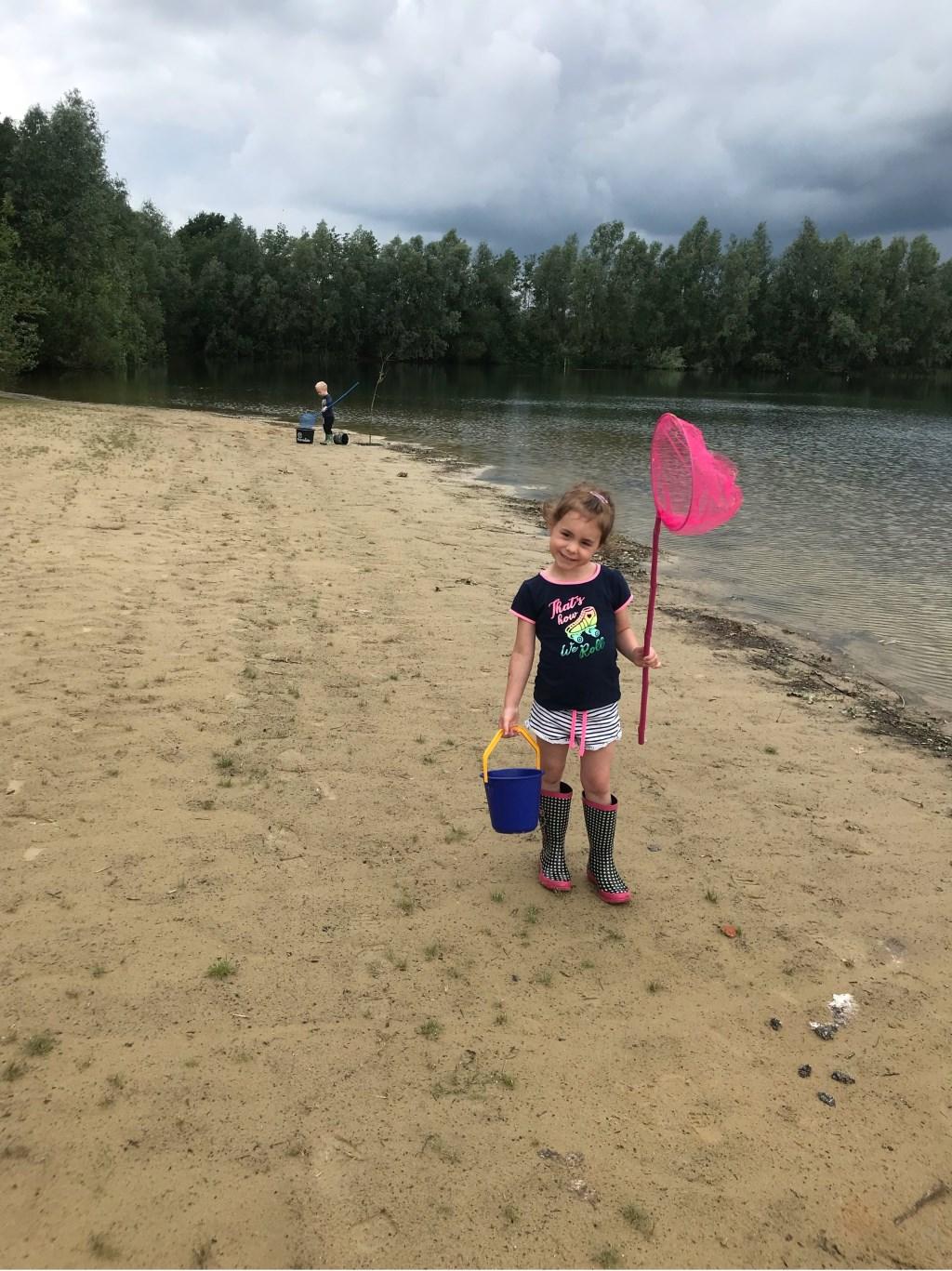 Kleinkind Britt gaat kikkervisjes vangen. Foto: Hannie van Dooremalen.  © MooiRooi
