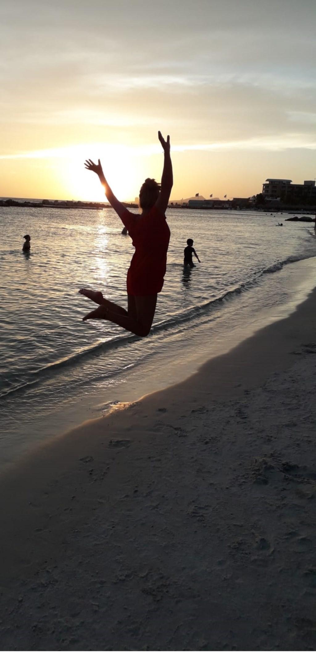 Nikki Robberegt op het strand van Curacao.  © MooiRooi