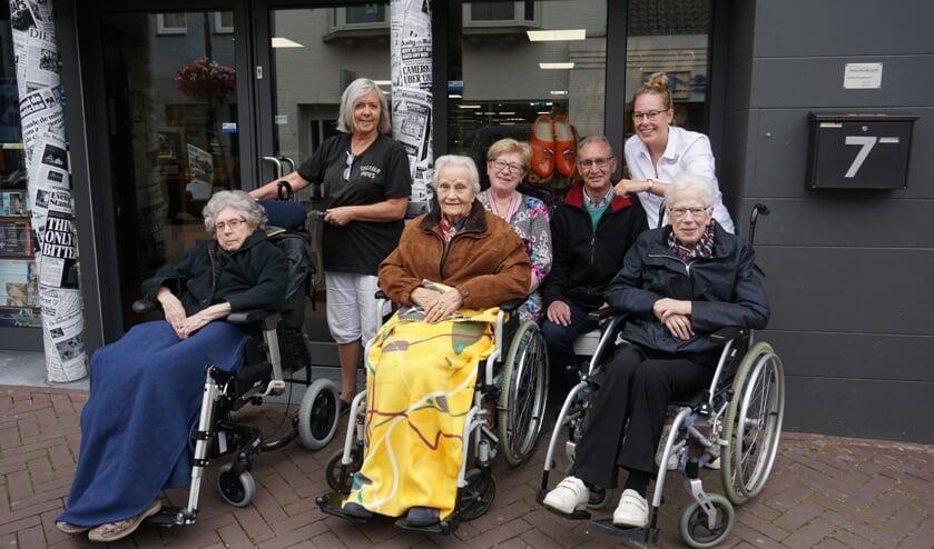 Dit clubje mensen was vanmorgen op pad in het centrum van Sint-Oedenrode.   | Fotonummer: 9bbb26
