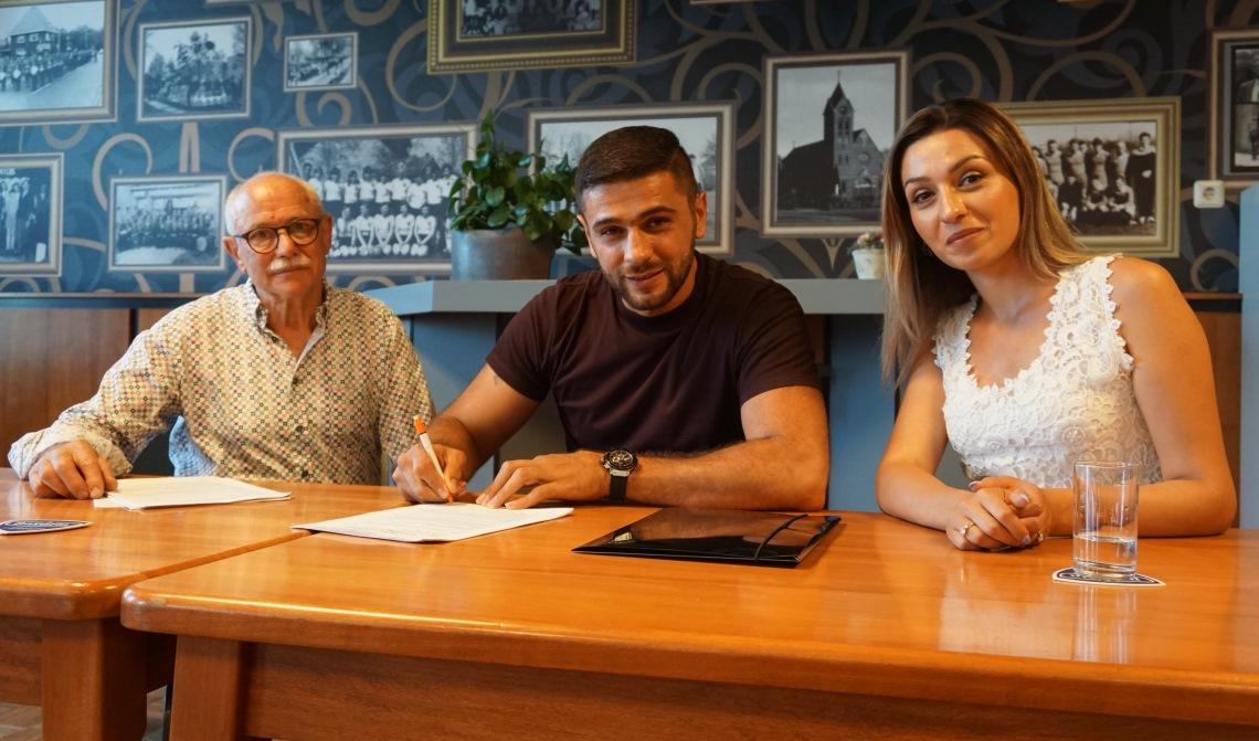 Yegish Yegoian en Suzanna Yegoian tekenen met Ad Maas de pachtersovereenkomst.