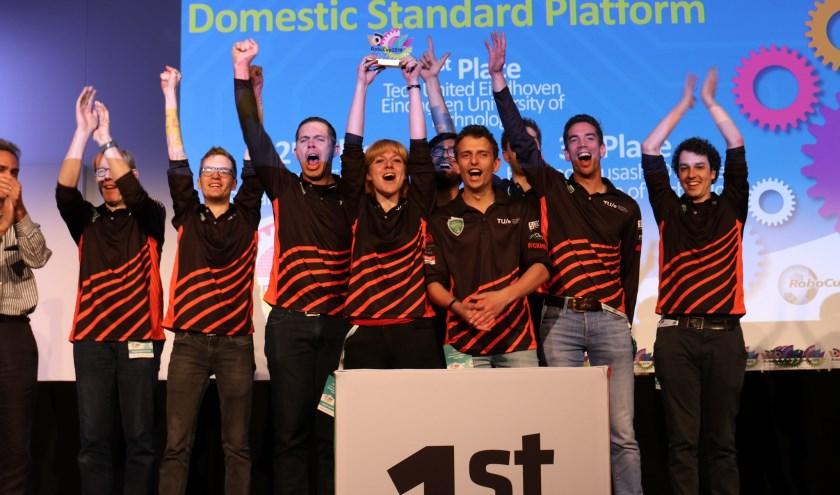 Janno (tweede van rechts) juicht met zijn team om het wereldkampioenschap.     Fotonummer: 8c618c
