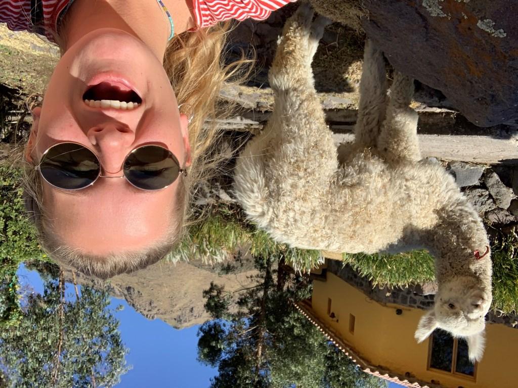 Met een Alpaca op de foto in Peru. Lisanne Mathot.  © MooiRooi