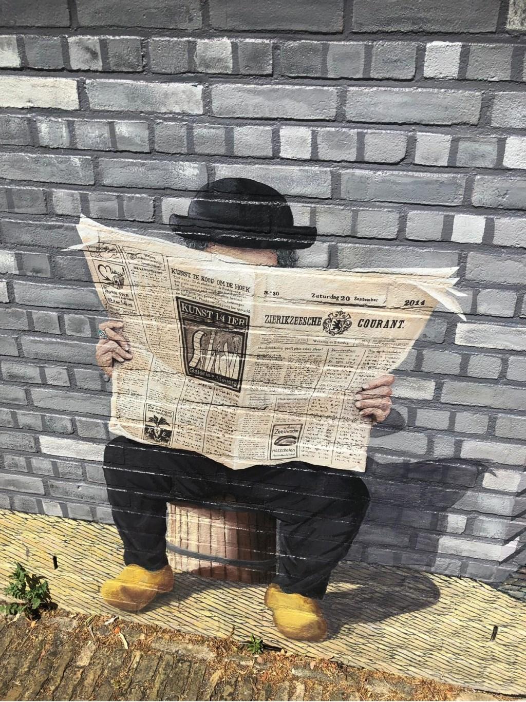 Ook in Zierikzee lezen ze de krant muurschildering. Foto: Jan Versantvoort  © MooiRooi