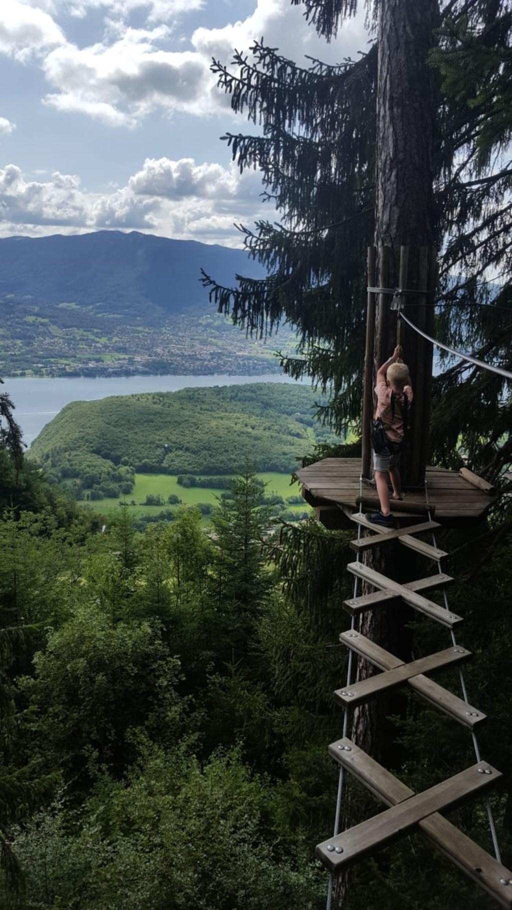Sam aan het klimmen met prachtig uitzicht over het meer van Annecy. Familie Lahaye  © MooiRooi