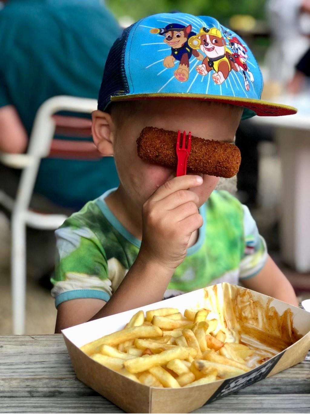 Jort doet altijd gek met zijn eten.  © MooiRooi