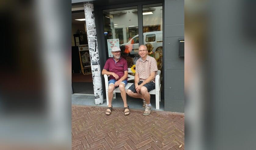 Dennis met zijn oom op 't Buurtbenkske.   | Fotonummer: b2ce6c