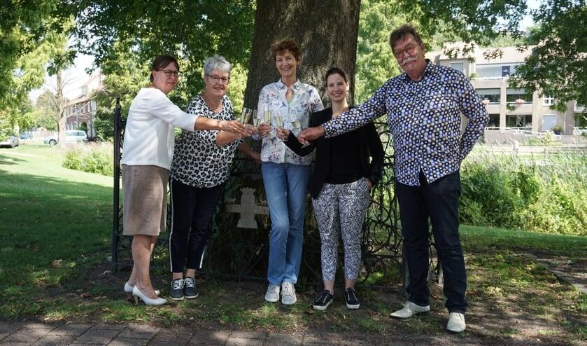De dames van Rooi Werkt proosten met Bas van Turnhout van DeMooiRooiKrant,   | Fotonummer: 1500aa