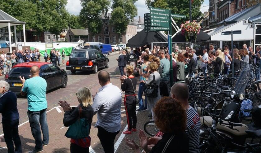 De wagen stopte bij café d'n Dommel voor de deur.   | Fotonummer: 5a79c0
