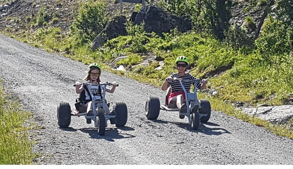 Vet hard met een mountain cart de berg af in Noorwegen. Dieke en Monique van Rossum  © MooiRooi