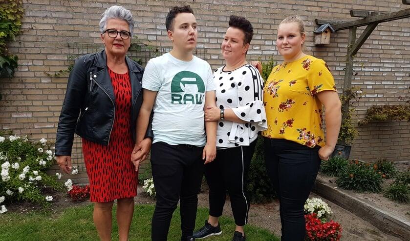 V.l.n.r. tante Steffie, Jesse, moeder Annemarie en zus Chris     Fotonummer: c4e34e