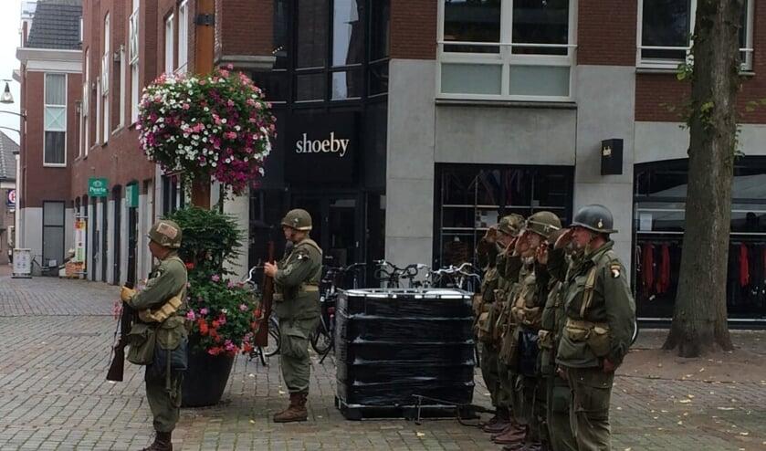 Soldaten Market Garden zorgen voor een 'bijzonder' eerbetoon aan Broer (Johan) van der Zanden.