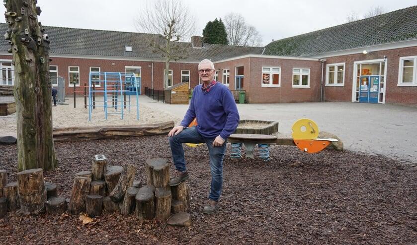 Arie van Alebeek in de speeltuin van de school.   | Fotonummer: 1d8759