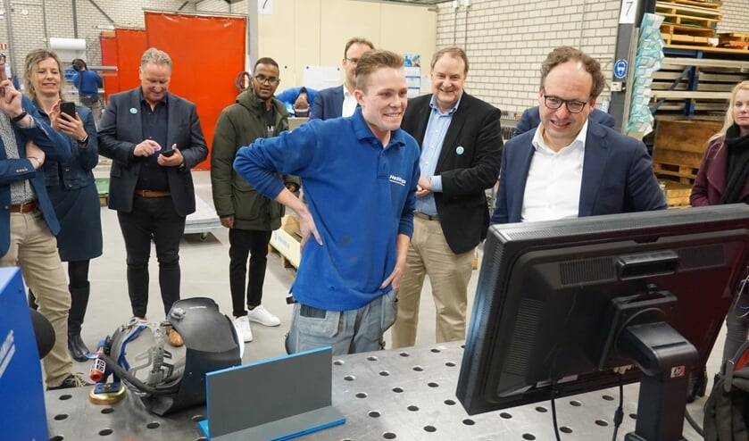 Martijn legt minister Koolmees uit wat de bedoeling is.   | Fotonummer: f00e95