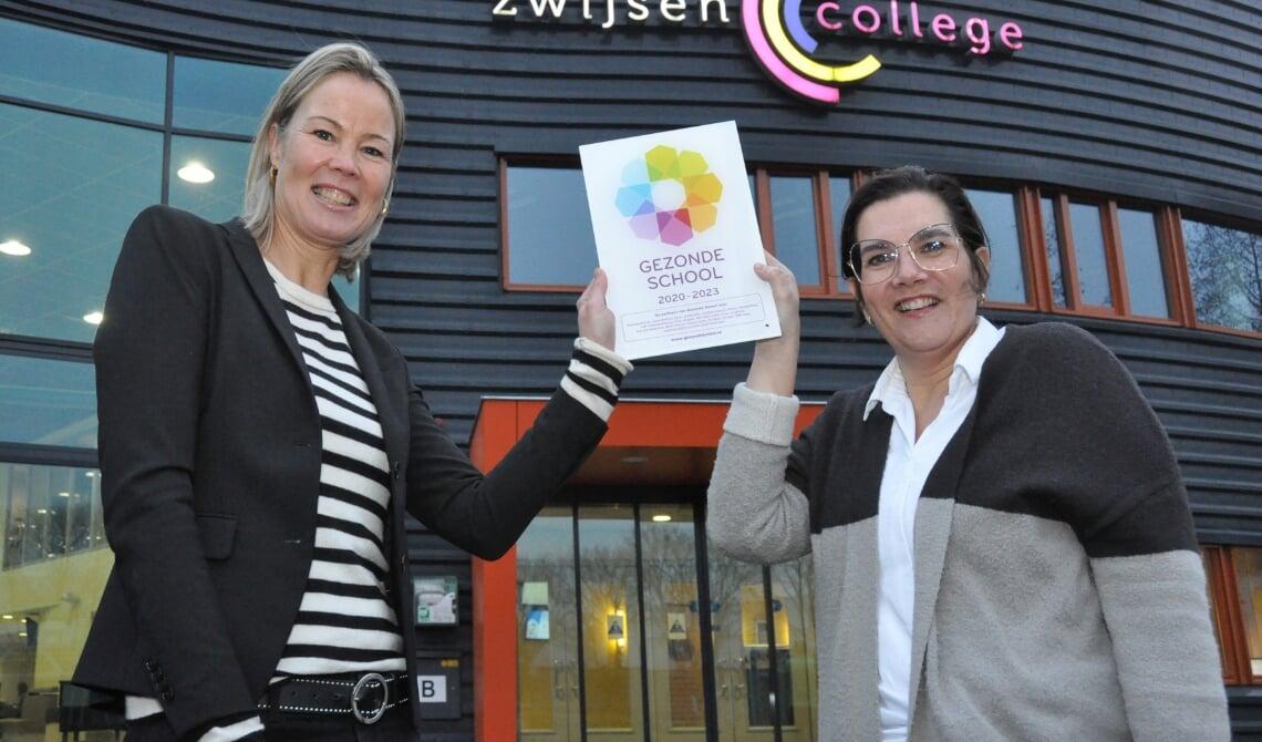 <p>Birgit van Veghel (l), de locatiedirecteur, neemt het vignet in ontvangst.</p>
