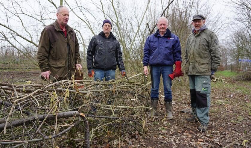v.l.n.r: Peer van Bakel, Jan Vermeltfoort, Theo Gottenbos en Simon Lavrijssen voor een gedeelte van de vlechtheg.   | Fotonummer: b5b29a