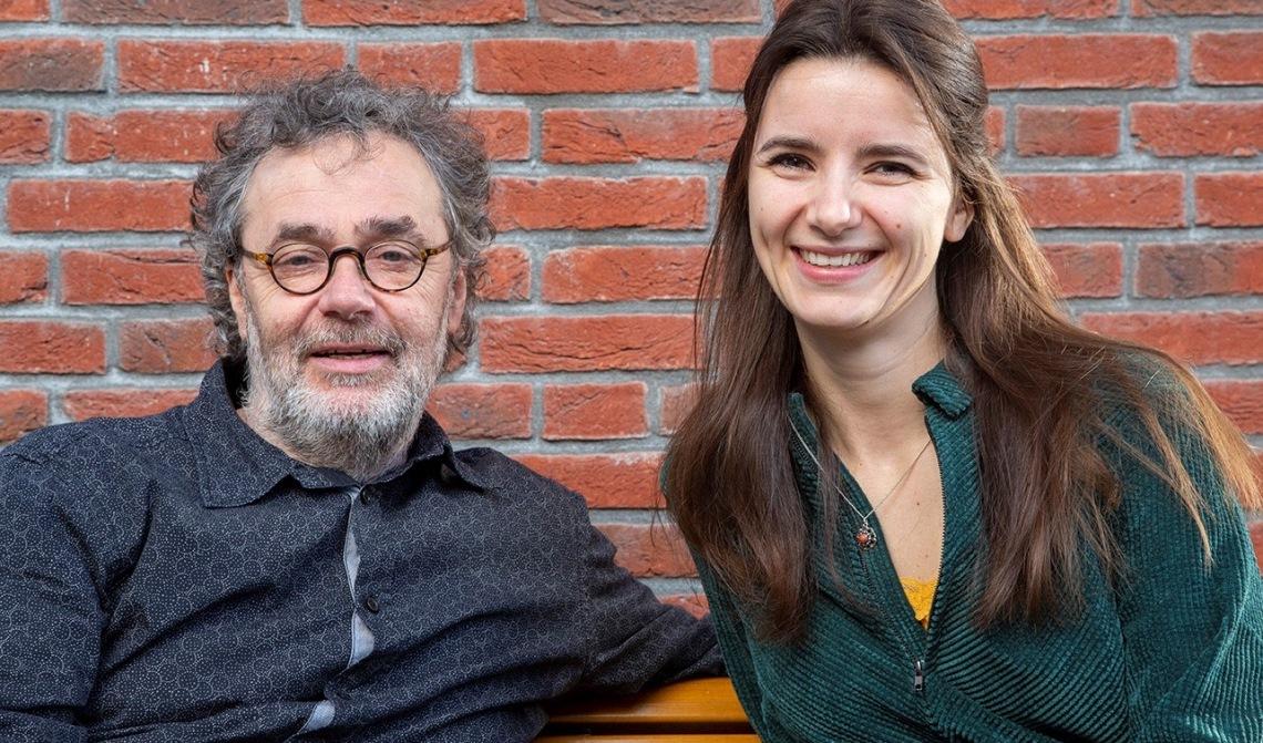 De regisseur en dirigent samen op de foto.