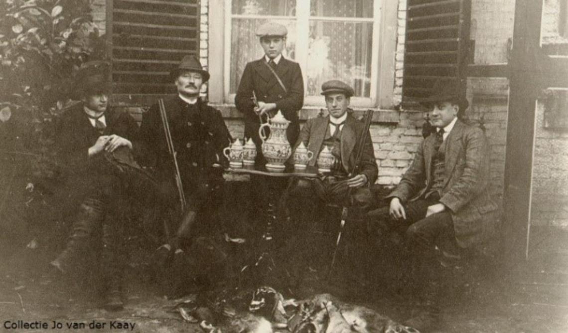 Tweede van links Harrie de Leijer met staande zoon zijn Sjef de Leijer.