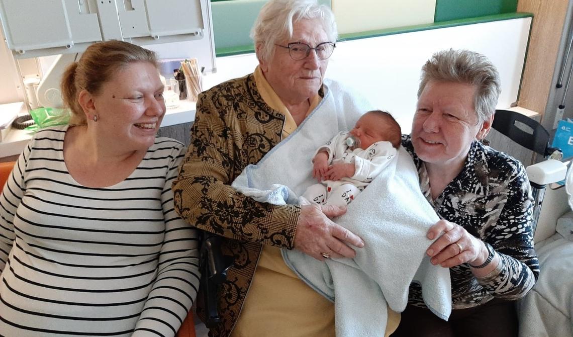 Hier zit Jo met kleine Lieke in haar armen.