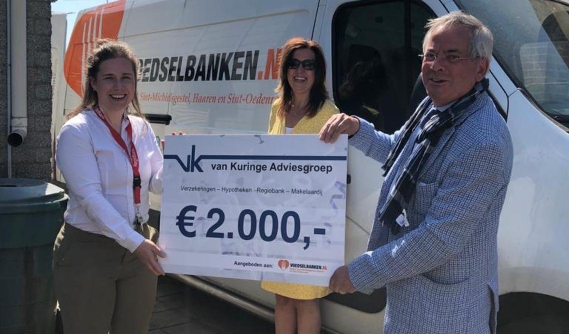 Arjen Witteveen (r) neemt de cheque namens de Voedselbank in ontvangst.