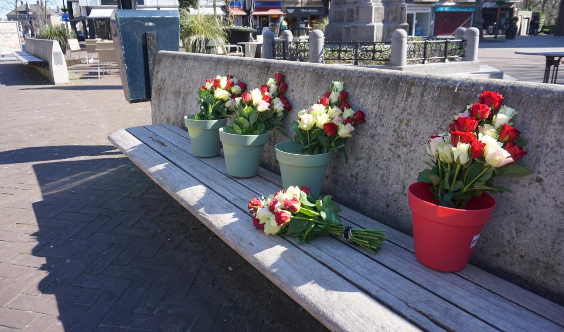 Hier mogen bloemen, tekeningen en kaarsen bijgeplaatst worden.