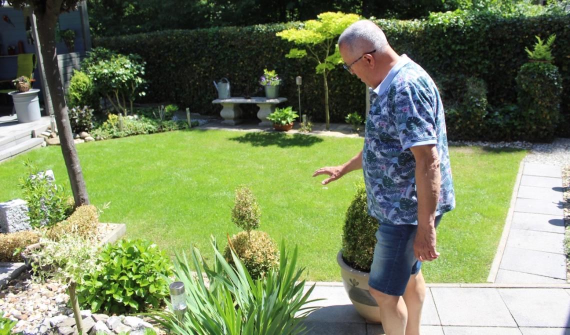 Jan  geeft een rondleiding door de tuin.