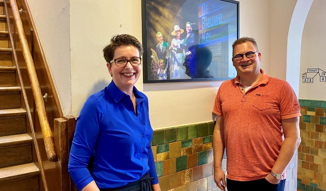 Barbara Brouwer en Marc van Kessel met aan de muur een foto van het bezoek van koningin Máxima aan de Noordkade.