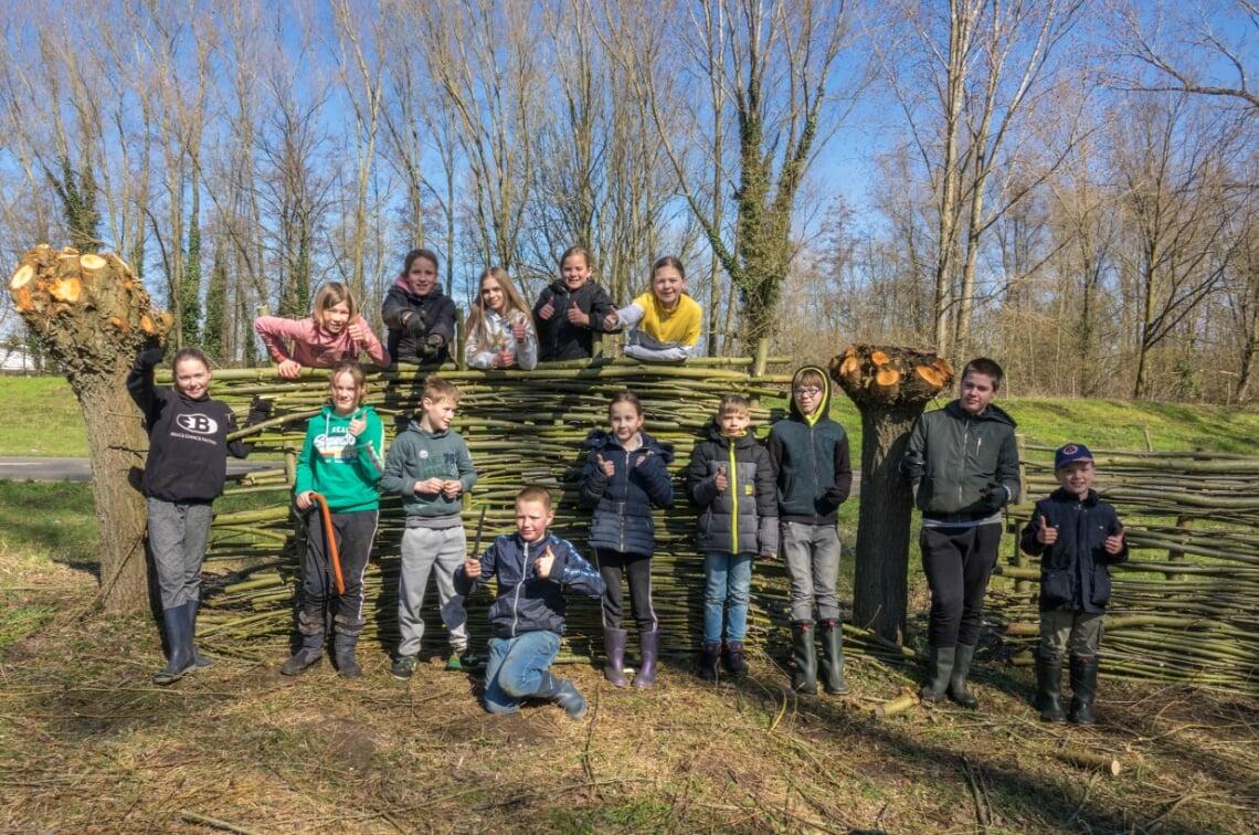 <p>Deze jonge natuurwachters laten trots zien wat ze gevlochten hebben.</p>