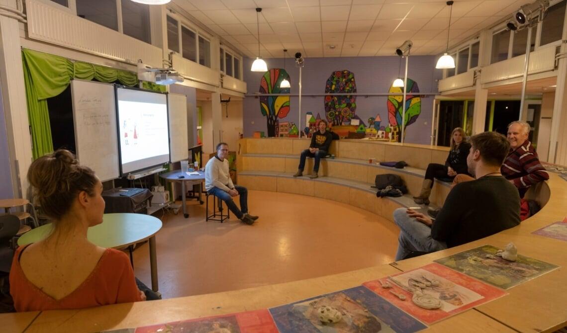 Het klasje van Hart luisterend naar Lambèr Gevers.
